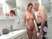 Su abuelo la pilla follando