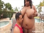 Una negra muy gorda en la piscina