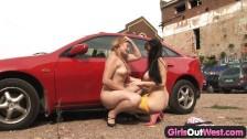Dos lesbianas se lo montan en un aparcamiento de coches