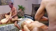 Dos viejos se follan a dos jovencitas