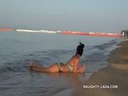 Espían a una sexy morena en la playa