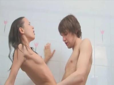 Morbosa ducha entre jóvenes amateur