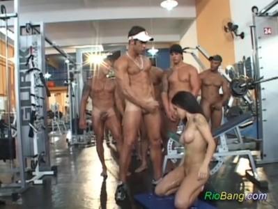 Gangbang brutal en el gimnasio