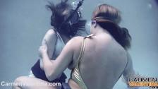 Lesbianas se masturban debajo del agua