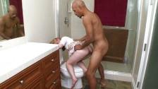 Follando con el amigo de papá en el baño