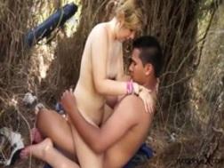 Una pareja disfruta del buen tiempo al aire libre