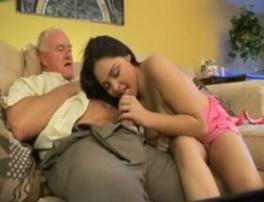 Joven morena se lo monta con su viejo abuelo