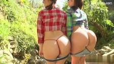 Dos jóvenes culonas follando en mitad del bosque