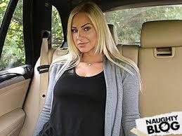 Rubia con curvas folla con su taxista en el coche
