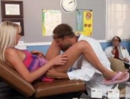 Se hace pasar por ginecólogo para follar en la consulta