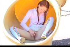 Joven pelirroja se masturba en un parque