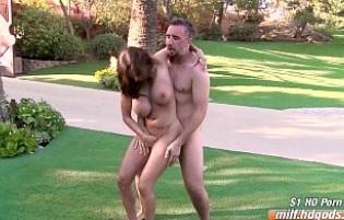 Sexo duro con Ava Addams al aire libre