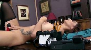 Milf tetona se pone cachonda en la oficina