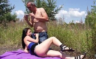 Morena follando al aire libre mientras le hacen fotos