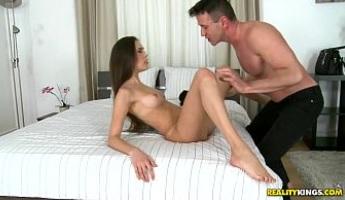 Joven morena en un casting porno con el coño comido