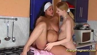 Embarazada y echando un polvo con una lesbiana