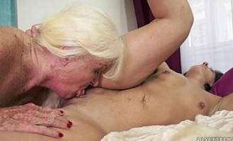 Madre e hija disfrutan del sexo lésbico comiéndose el coño