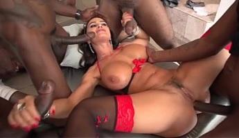 Lisa Ann gozando rodeada de enormes rabos negros