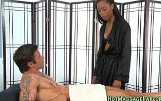 Una masajista negra que se entrega a sus clientes
