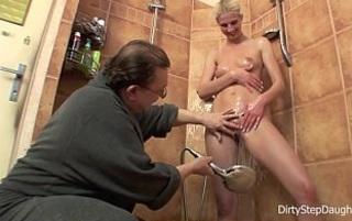 Su padre la ayuda a ducharse con la polla y la lengua