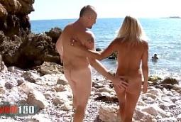 Doble penetración en la playa a una milf rubia y viciosa