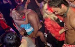 Grupo de amigas celebra el Fin de Año en un club de striptease