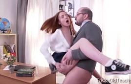Joven pelirroja se encuentra a solas con un profesor pervertido