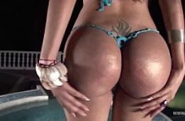 Milf latina culona en bikini hace una entrevista erótica