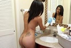 Le pago un dinero extra para que la sirvienta trabaje desnuda