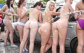 Universitarias muy golfas hacen una orgía en un lavado de coches