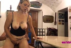Madura amateur desnuda mientras hace la comida