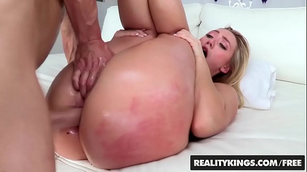 Su novio le lame y le folla el enorme culo que tiene