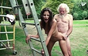Juego sexual entre un viejo salido y una joven zorra