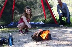 Jovencita gozando con un buen polvo durante un camping