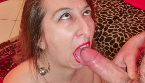 Madura con los labios pintados de rojo hace una mamada