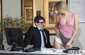 La secretaria irrumpe en su oficina con la idea de tener sexo
