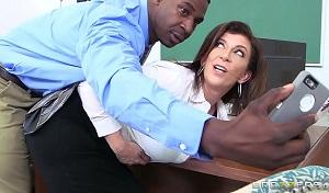 Profesora tetona folla con un compañero negro dentro del aula