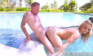 Sexo anal en la piscina con Alexis Texas como protagonista