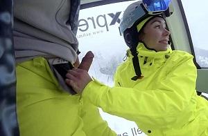 Mamada y corrida en la boca durante el viaje de ski