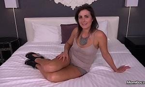 Milf amateur se presenta a un casting porno en un hotel
