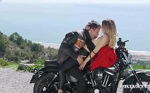 Natalia Starr pasa de un rodaje por echar un polvo en una moto