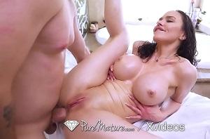 Su amante se folla su perfecto culo en el baño de la casa