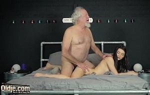 Abuelo y nieta se lo montan juntos como profesionales del sexo