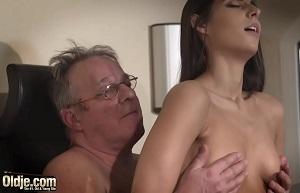 Un viejo se folla a una joven en su oficina de la residencia