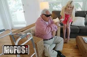 Dos rubias se lo montan en presencia de un viejo que no puede ver
