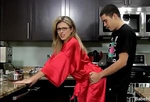 Me follo a mi madrastra en la cocina a escondidas de mi padre