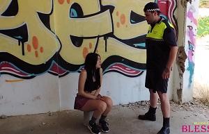 Colegiala hace pellas y acaba follada por un policía