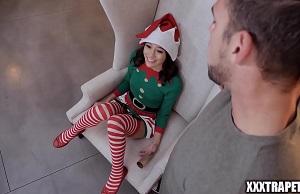 Joven morena vestida de elfo se lleva una follada salvaje
