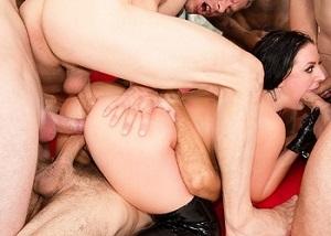 Angela White en una fiesta de hombres follando con todos