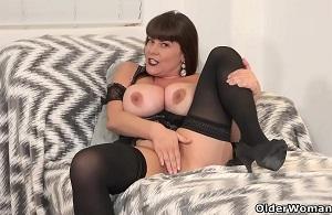 Escena de dos maduritas masturbándose hasta el orgasmo